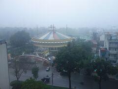 朝明るくなると、ホテルの部屋からサーカス場などが見えました。ハノイらしい天気というべきか、どんよりとしています。