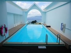 憧れの専用プール!他のホテルも色々検討しましたが、プールから海が眺められる所がいいな~と決め手のひとつとなりました。ちょっとインフィニティプールっぽい☆深さも1.2mあり、充分な広さです。