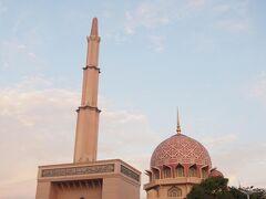 スムーズに入国し、さっそく観光へと向かいます。  まずはピンクモスク! 外観のみ。  朝早いので他のグループはいません。