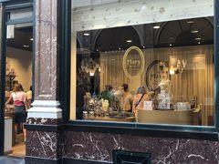 チョコレート有名店がたくさん並んでいて ウィンドーショッピングがこんなに楽しいなんて!って思うくらい きゅんきゅん  Mary