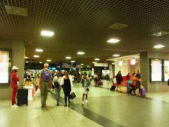 ブリュッセルMIDI駅構内  広い! ワッフルのいい香りがする~。 早くたべた~い!