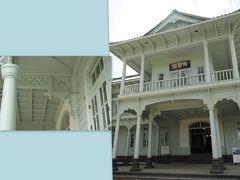 興雲閣 https://www.matsue-castle.jp/kounkaku/index.html  kuritchi達は まずは、、興雲閣へ 平成25年から平成27年にかけて保存修理工事がなされ、 平成27年(2015年)10月に一般公開、 前回訪問時(2010年)はまだオープンどころか保存修理工事前でした、、 こんな立派な洋館ですが、入館料は無料です、、  補修前の建物は白かったそうですが、 現在は明治45年当時の淡緑色に復元され、、 透かし彫りや彫刻も見事♪