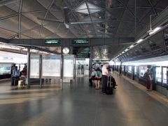 空港へはプラネード駅からダウンタウンラインに乗り、エキスポ駅で乗り換え。  エキスポでの乗り換えは短いとはいえないけれど、ブギスも同様。乗客が少ないので、ブギス乗り換えより楽かも。 ただ、ダウンタウンラインはずーっと地下です。エキスポのホームも地下でした。 (写真はイーストウェストラインのエキスポ駅のホーム)