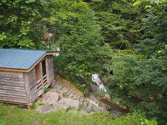 続いて旧熊石町の平田内温泉熊の湯へはしごです ここは100m手前まで車で行けますが温泉まで歩きます 100mなのですぐ小屋が見えてきます