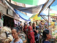 ウブドマーケット。狭い通路に、フルーツ屋さんからお土産やさんまで、所狭しと軒を連ねます。