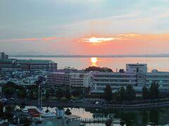 朝です。 湖面に朝陽が映って、雄琴はお天気良さそうです。 それでも湖北は雨予報。 琵琶湖の大きさが知れますね。