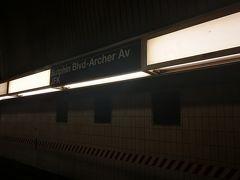 <地下鉄Eライン> 駅名は「Sutphin Blvd - Archer Av - JFK」です。 ここで電車を待ちました。前の電車が出発した後なので10分ほど待ちました。 ホームに降りるときにはエスカレータがあります。昇りもありました。