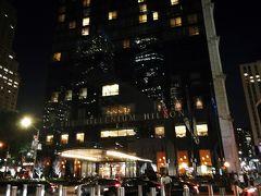 <ミレニアムヒルトンニューヨークダウンタウン> ホテルは道路を渡ってすぐです。21時20分に到着しました。このホテルは地下鉄に乗る時はすごく便利だと思いました。