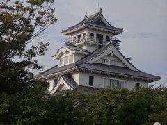 長浜城は江戸時代前期に廃城になり、資材は彦根城に使われて、  残されたのは、わずかな石垣と井戸だけのようだ。  どんな造りだったのか、資料も残されていない中、  この建物は1983年に、安土桃山時代の城を参考に「昭和新城」として造られて、内部は歴史博物館となっている。