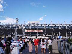 写真展を堪能したところでa-nationの会場がある味の素スタジアムへ。東京にもこんなド田舎な所があるんだねってくらい東京の奥地へ。初めて見た時、東京にも畑あるんだって感動したの思い出したわ。 暑い暑いと言いながら席に着いてみると……… アリーナA10列目!!!!!!!普段豆粒神起を拝んでいたからこんな近くで見れるなんて感激♡友よ、素敵な席をありがとう♡♡♡