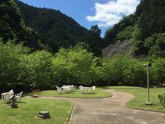 天川村役場からスタートすると、最初のうち、歩き始めは平坦な道路です。