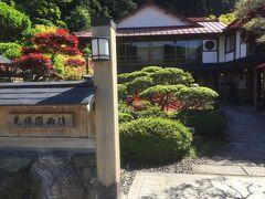 洞川温泉には旅館がたくさんあり、縁側で夕涼みすることが出来ます。 夜は情緒あふれる温泉街の風景です。