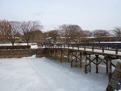 五稜郭公園の「函館奉行所」へ。 お堀の水が凍ってるわ~