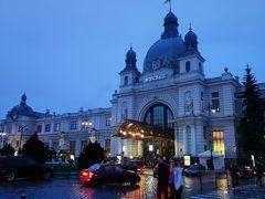 食後ホテルで荷物をピックアップし、路面電車でリヴィウ駅へ。 まだしつこく雨が降っていました。トラムは5グリヴナ(20円程)