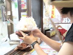 「おんなの駅」まお散歩。  人気のかき氷屋さん「琉冰(りゅうぴん)」 マンゴーとかトロピカルなメニューが人気っぽいけど、 そんなにおなかもすいてないし、マンゴーも今の時期は冷凍。 じーまみーとかも気になるけど……  沖縄の定番「黒糖豆ミルクかき氷」 なんと¥380だったかな? (他のかき氷は¥1000くらいなのに、これだけ安い!) シンプルで美味しい味! 豆たっぷりで、とってもお得なかんじ!
