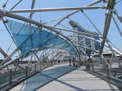 まず、Gardens by the Bay(GBB)に徒歩で向かいます。 このDNA二重らせん構造をイメージした橋を渡り、Marina Bay Sands(MBS)へ。