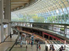 わーぁ!今のシンガポールを象徴した巨大モール。 冷房代がかかりそうだな、、、なんて思ってしまう位の広さ!