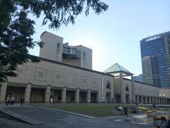 マークイズの向かいにある横浜美術館。