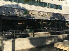 近くのみなとみらい東急スクエアに人気のハンバーガーショップ シェイクシャックバーガーがありました。