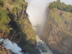 ジンバブエ側からは、峡谷の端に沿って、片道2kmの遊歩道が整備されています。  カタラクトアイランドです。