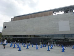 最後は6月26日に開館した上越市立水族博物館『うみがたり』につきました。 日本海に隣接した豪快な施設です。