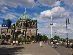 歴史を学んだ後は、大通り(Unter den Linden)を、てくてく。 ベルリン大聖堂と、ベルリンテレビ塔のツーショット