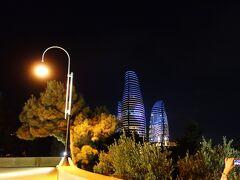 夜になって、夜景を見に行きました。 昼間行った、カスピ海を望む丘の上から、 フレイムタワーを見てきました。