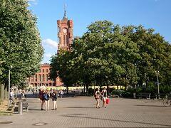 途中、京大発見 後で、調べてみたのですが、市庁舎らしいです。 東側なので、当然「赤の市庁舎」です。 というのは、嘘で、「赤レンガの美しい市庁舎」ということです。 今回、だいぶ疲れたので、立ち寄らず。