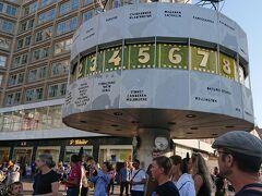 (19:30) 夕刻のアレクサンダー広場。 観光客で賑わっています。 かつては、東ベルリン(東ドイツ)の中心広場だった場所。 その名残は、この世界時計にもしっかり、刻まれており、 よーくみると、、、、