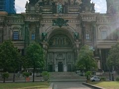 (9:00) アレックスから昨日と同じ道をたどって、ベルリン大聖堂へ。 朝日が眩しい。。。 今回は朝一なので、観光客もまばらで、じっくりと見学できました。