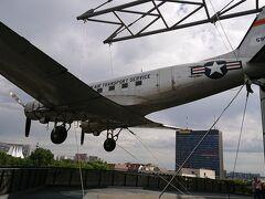 (11:00) 続いてきたのは、ドイツ技術博物館 目印は、屋上から吊るした 「ベルリン空輸大作戦!!ー西ベルリンを救え!」で有名な 米軍のC47スカイトレイン。(映画ではないですよ!史実です)