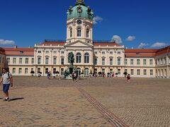 (14:00) 地下鉄とバスを乗り継いで、 シャルロッテンブルグにやってきました。 快晴に映える、見事な宮殿。 といっても、今回の訪問はこちらではなく、