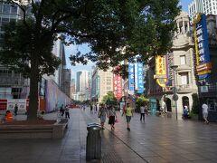 7時半の南京路歩行街。 さすがにまだ人はまばらです。 日陰でも蒸し暑い!