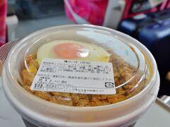 高級タイ料理mango treeのアンテナショップで買った『鶏ガパオ(弁当)』でブランチといたしましょう。 お弁当を食べるのも特急の楽しみの一つですね。