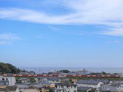 参った!参った!素晴らしい青空ではありませんか(*´pq`*)ムフッ♪雨の予報だったのに奇跡の晴れ間! 京浜急行の全車両と海を見渡す絶景スポットです。  あっ…ここは京浜急行で京急長沢駅から徒歩で15分程にあるとあるお寺の敷地内からの景色!実はこの辺りからの写真を撮っている方の写真をブログ等で知っていたのですが、具体的な場所は知らず…友人の携帯GPSに助けてもらいなんとかたどり着いた場所f^_^;さすが旅行のプロフェッショナル!助かりました♪( ´▽`)
