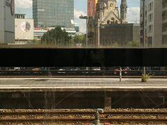 動物園駅で乗り換えて、ベルリン中央駅に向かいます。 Sバーンホームからの カイザーウィルヘルム教会と、西の象徴、ベンツビル。