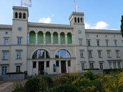 (17:00) さて、ベルリン中央駅に到着後、今回のベルリン旅行、最後の美術館、 ハンブルク駅現代美術館(Hamburger Bahnhof)  に来ました。