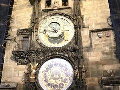 天文時計  旧市庁舎の壁にあります。  ①天文図を差す文字盤(プラネタリウム) ②キリストの使徒が時間ごとに動く時計 ③月を表す浮彫のカレンダリウムの三重構造になってます。  毎時0になるとからくり時計が動き出します。  上の四角部分からキリストの使徒が回るのです。0時近くになると人が集まりだし、からくりが終わると歓声が上がっていました。  私も10分前から近くにいて、前の方から写真をとりました。