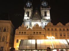 オールドタウン・スクエア  ティーン大聖堂が見えます。  ティーン大聖堂の左建物が石の鐘の家で、右角の黒いのが石の鐘です。