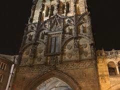 火薬塔(火薬門)  旧市街広場から歩いて5分ほどで火薬塔に到着。  全体的に黒っぽい。
