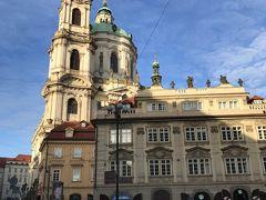 聖ミクラーシュ教会聖 (Kostel sv. Mikuláše)  旧市街にも同名のミクラーシュ教会があります。  モーツァルトがプラハに 滞在していた際、この教会のパイプオルガンを演奏したそうです。  日本語のホームページもあり、結婚式なども受け付けている様です。  http://www.stnicholas.cz  教会前のマラーストラーナ広場北側から、ネルドヴァ通りを歩いてプラハ城へいきます。  頼りの綱はグーグル君です。
