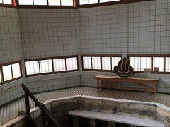 武雄温泉新館は大正時代に建てられたのに、ずっと古い元湯よりも先に朽ちてしまって・・・いまは再建された遺構を見学できるようになっています。こちらでお風呂に入らせてくれたらいいのに・・・。辰野金吾先生の建築、好きです♪