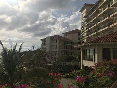 那覇空港から恩納村に向けて走った今日の行程も全て終えてブセナテラスへ。  絵に描いたような大きなリゾートホテルです。