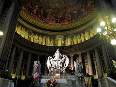 天井から差し込む光が、薄暗い教会内を神秘的に照らしている。 そして…薄明りの中に浮かび上がるマリア像…。