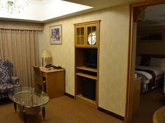 宿泊は駅前の台北天成大飯店(コスモスホテル)。キャセイホリデーとは別に、公式サイトから予約しました。1泊朝食付きで8000円ほどでした。  お部屋、でかくないですか…?