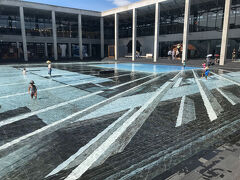 大地の芸術祭のはじめはキナーレの中の作品を鑑賞しました。 美術館の中庭には水が満たされています。 この池の正体はのちほど。
