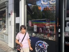 娘が絶対買うと意気込んでいたアイスウォッチ。 グランプラス周辺の取扱店は、店の人が出掛けてしまったのか、ブザーを押しても反応なく、ルイーズ広場の店まで足を伸ばしました。  注 時計屋さんなんかは、ブザーを鳴らさないと入口を開けて貰えません。