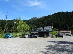 摩周湖から1時間半ほどで雌阿寒温泉登山口に到着! 無料駐車場と野中温泉という温泉宿があります。