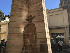 ファーストインプレッション彫刻は入植記念碑。 3面あって、それぞれ囚人、兵士、自由移民家族と違う姿が刻まれています。これは囚人の彫刻。 囚人の足には、本物の鎖がついていました。