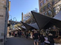 ジョージストリートに出ると、週末限定のロックスマーケットが開催されていました。 テントがずらっと並んでいます。食品からお土産に良さそうな小物までありました。